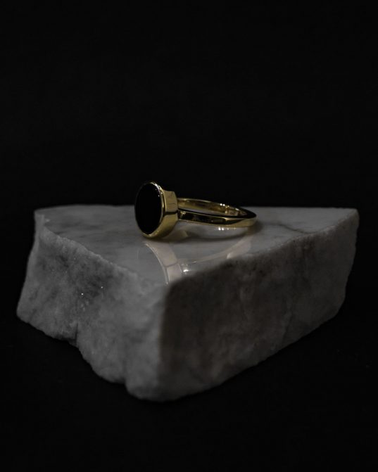 capture the power and sensuality of the femininity by choosing this elegantly subversive and exquisite 14k yellow gold ring mixed with 10 mm black onyx.