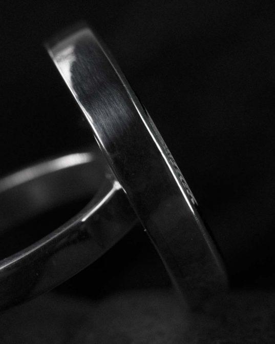 tiecoties pēc tīras elegances, formas un materiālu savienojuma ___šis sudraba gredzens ar 22 mm oniksu kļūs par iecienītāko no taviem gredzeniem. ne par mazu, ne par lielu ___tas ir izcilā izmērā, lai sniegtu vieglu šiku ikkatram tā iepašniekam.