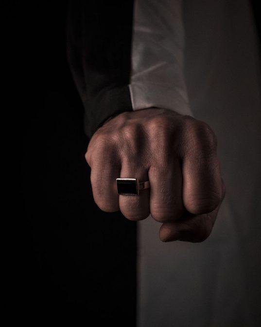 ikonisks vīriešu gredzens tiem, kas sevi vēlās pieteikt skaļi