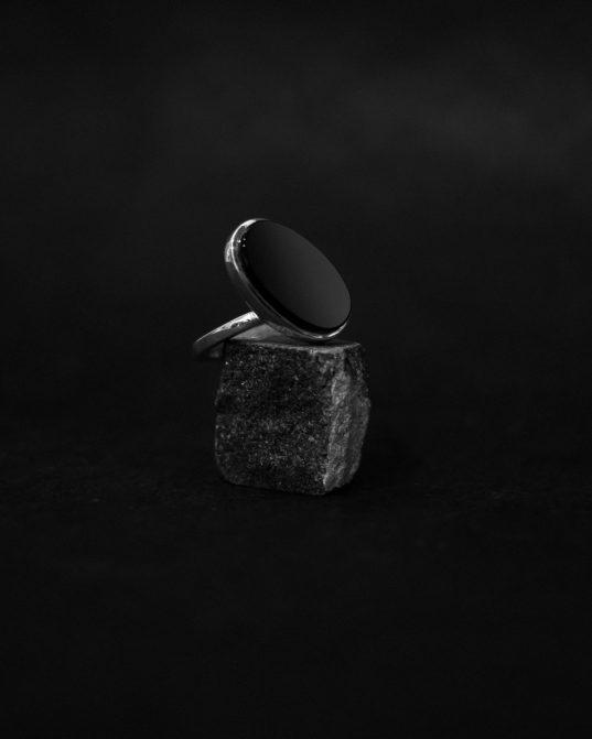 ovāls oniksa gredzens, kas savā būtībā ir nedaudz nepareizs pēc citu domām un tomēr izcils ___kā mēs visi, vai ne?