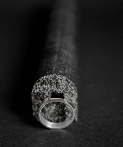 paud savu ievērojamo attieksmi ___sudraba gredzens ar 4 mm x 9 mm oniksu