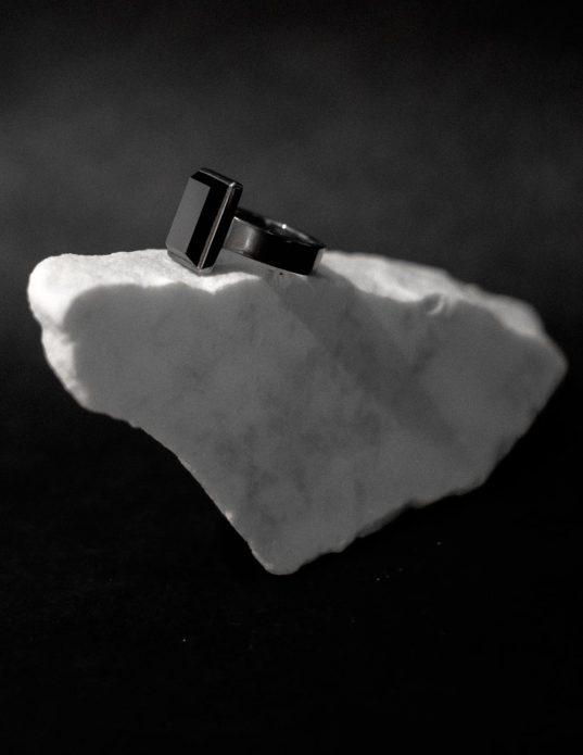 oksidēts sudraba gredzens, kas izcels tavu spēcīgo un izteikto tēlu.