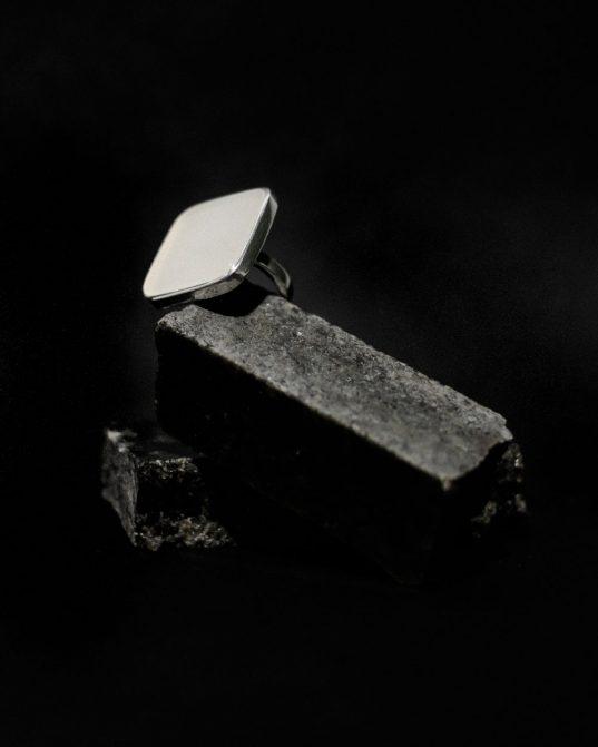 kahalong opāla un sudraba kopdarbs, kas iezīmē tīru un juteklisku kā materiāla, tā formu saplūšanu ___romantisks, bet spēcīgs gredzens.