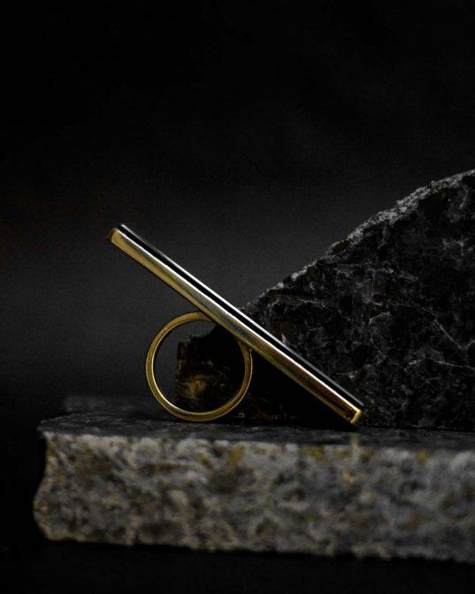 minimālisma uzvaras gājiens ___šis 14K (585°) zelta gredzens ar 6 x 60 mm oniksu ir nevainojams savā materiālu un krāsu kombinācijā