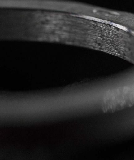 matēts sudraba gredzens. vienkāršības un elegances apvienojums formā, proporcijā, materiālā.