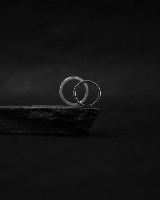 sudraba gredzens, ko nēsāt kā vienu akcentu, vai papildināt ar citiem gredzeniem un aprocēm, lai radītu unkālu rotu orķestri uz sava ķermeņa.