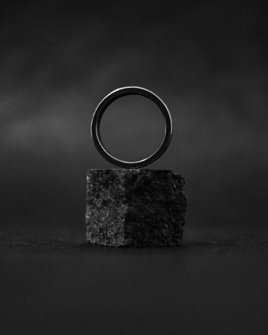 matēts un oksidēts sudraba gredzens, ko iemīlēt acumirklī.