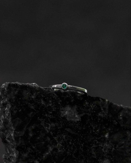 karaliski izsmalcināts un tomēr neuzkrītošs sudraba gredzens ar smaragdu.