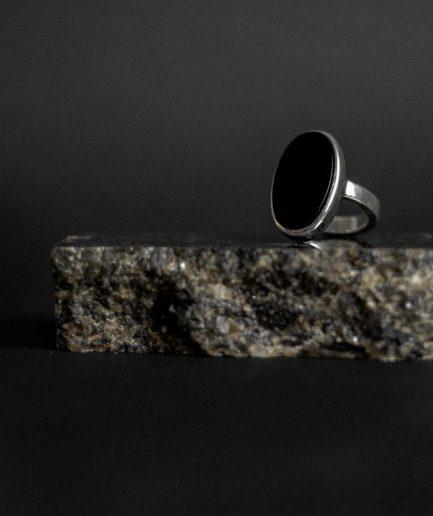 ovāla oniksa sudraba gredzens ___atsvaidzinošs un reizē arī klasisks