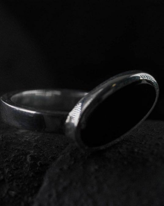 ja dod priekšroku klasiskām vērtībām, bet mīli savu tēlu papildināt ar jaunām vēsmām, tad šis sudraba gredzens ar slīpi ovālu oniksu, ir radīts tieši tev.