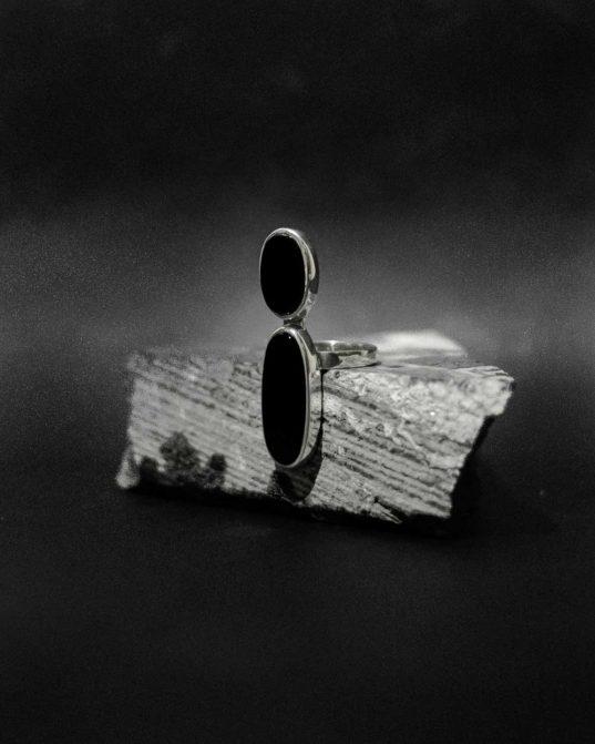 izsmalcinātai un ēteriskai sievietei ___sudraba gredzens ar diviem dažāda izmēra oniksiem, kas sāts nesalaužamas trausluma sajūtas.