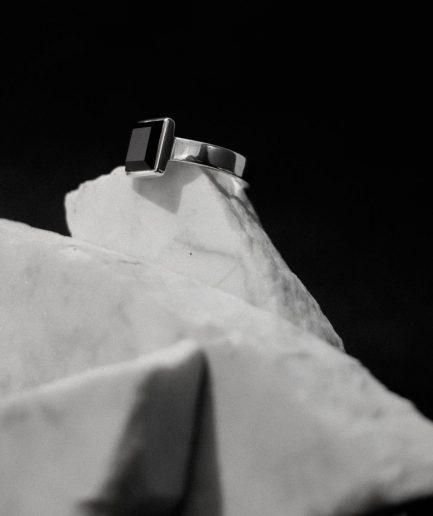 šis kvadrātveida oniksa gredzens, ir izcils piemērs tam, ka vīrieša gredzenu par ievērojamu padara tā forma.