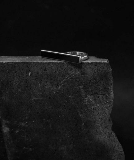 izgatavots kontrastu un tīru līniju cienītājiem ___šis sudraba gredzens ar 5 x 40 mm oniksu izcels jūsu izteikto minimālista raksturu