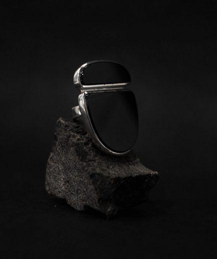 acumirklī iemīlams sudraba gredzens ar diviem oniksiem, kas iemieso mūžīgu estētiku
