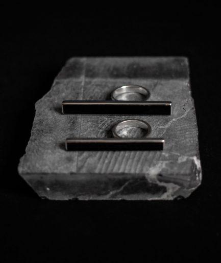 minimālisma paraugs ___sudraba gredzens ar 6 x 60 mm oniksu, kas pilnasinīgi iemieso tīro līniju eleganci