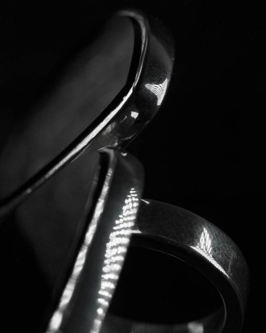 izgatavots no diviem dažāda izmēra un formas oniksiem, šis sudraba gredzens ir elegants un sāts pasaulīgas elpas, tik sievišķīgs un tomēr tik spēcīgs ___nēsājams gan ar kedām un džinsiem, gan ar augstpapēžu kurpēm un kleitu.