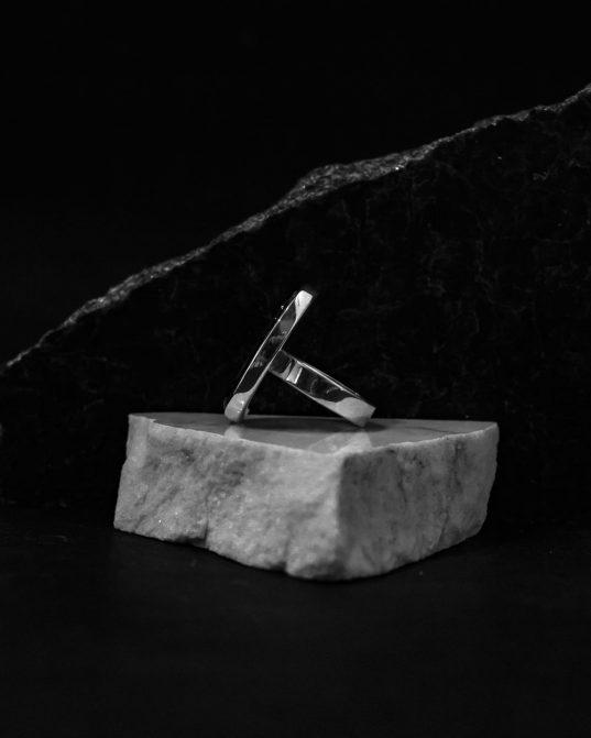 antīkās pasaules iedvesmots sudraba gredzens ar ovāls formas oniksu, izteikti pārliecinātām būtnēm