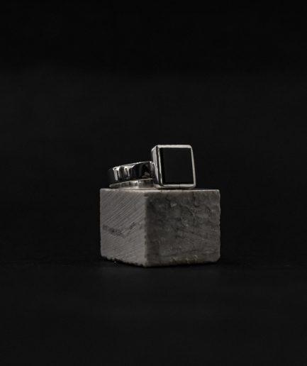drosmīgs un spilgts  ___sudraba zīmoggredzens ar kvadrāta formas oniksu.