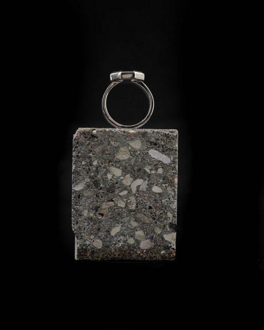 sudraba gredzens ar 14 mm oniksu, kas atsvaidzinās tik ļoti ierasto ikdienu