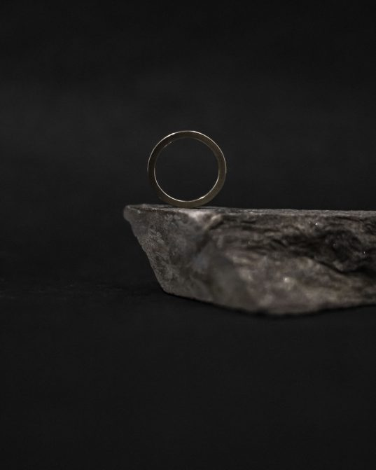 14K (585 °) matēts baltā zelta gredzens ar  2mm briljantu tā centrā  ___izsmalcināts un maigs.