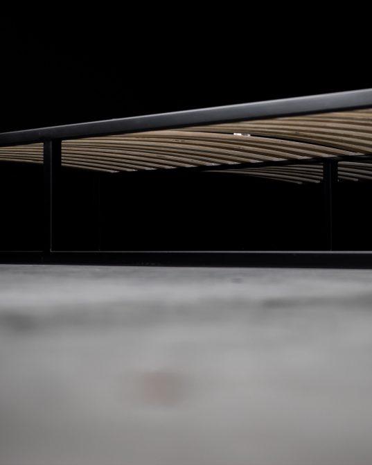 tērauda gultas rāmis, kas paredzēts augstas klases dizaina cienītājiem ___izturība un minimālisms.