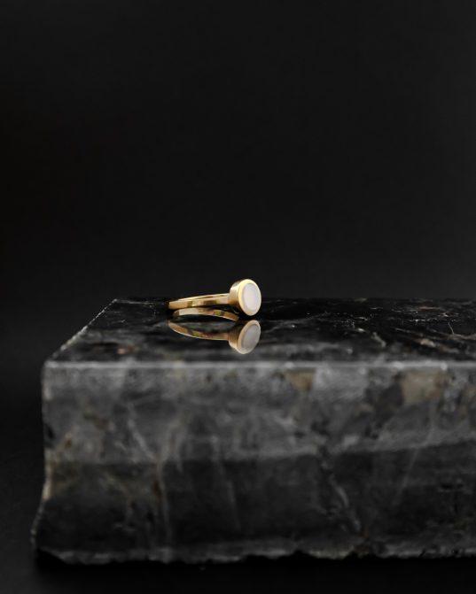 7mm pienainais kahalong opāls ietverts apzeltītā sudraba gredzenā, kas iemieso sievišķību un tai piemītošo šarmu.
