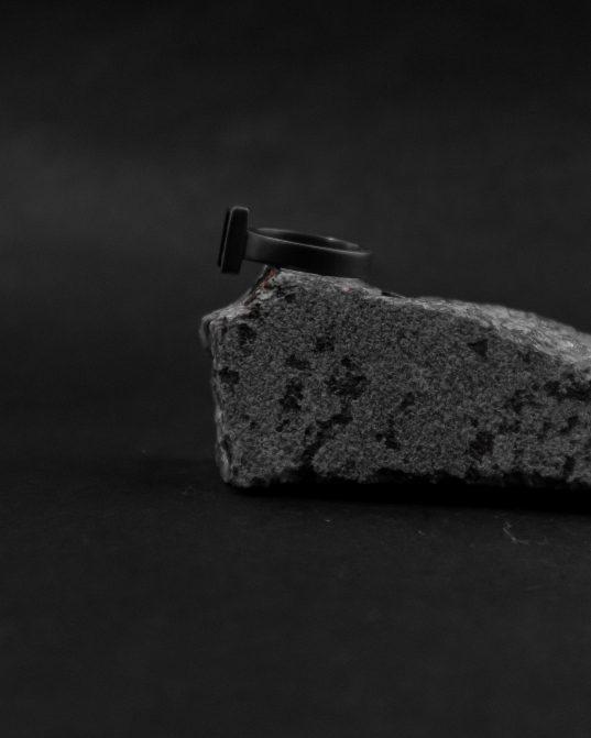 pilnasinīgi melna, oksidēta sudraba un 13 x 13 mm oniksa saspēle,kas rezultējusies īpaši izteiksmīgā vieriešu zīmoggredzenā