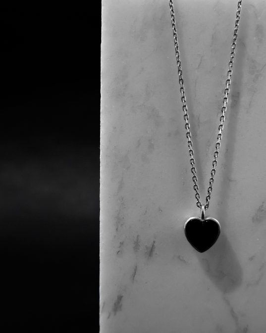 kaut arī tas ir minimālistisks un diezgan vienkāršs, šis kulons ar sirds formas oniksu, kas novietots sudraba rāmja centrā, izstaro mīlestību un siltumu un padarīs jūsu ikdienu gaišāku. ___ sudraba ķēdes nav iekļautas komplektā, un tās jāpērk atsevišķi.