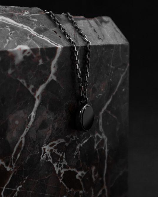 kulons ar 13 mm oniksa komplektu sudraba rāmja centrā ___atbilst ar mūsu 180820 gredzena sudraba ķēdēm nav iekļauts komplektācijā, un tas jāpērk atsevišķi.