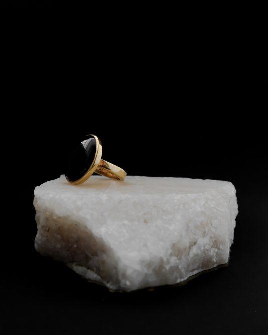 Tiecoties pēc tīras elegances, šis apzeltītais sudraba gredzens pārstāv to pašā krāšņumā. tas nav nedz par lielu, nedz par mazu ___tas ir ideāls, lai piešķirtu iepriekš neizjustu šarmu katrai sievietei.