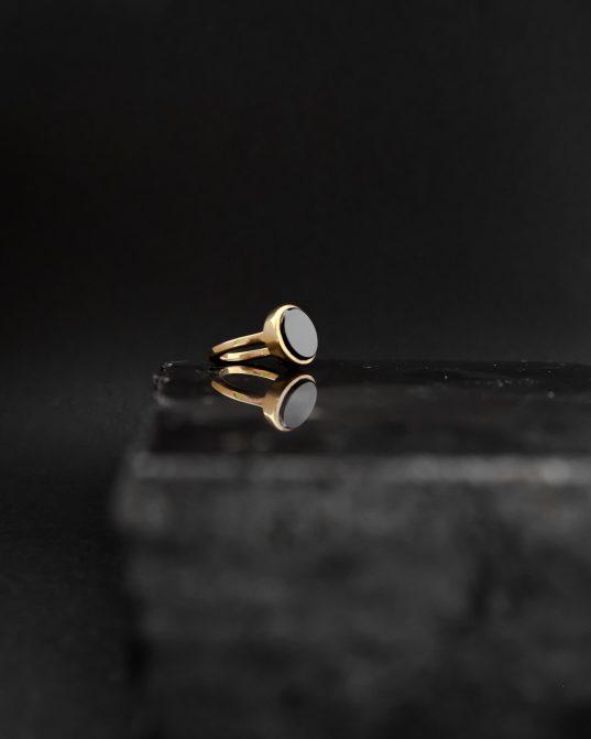 vienkāršs, tomēr iespaidīgs, šis apzeltītais sudraba gredzens iemieso maģiju un šiku.