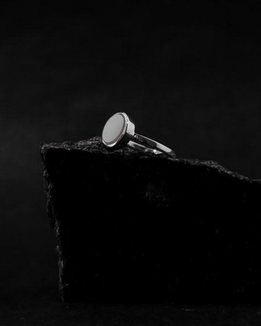 uztveriet sievišķības spēku un jutekliskumu, izvēloties šo sudraba gredzenu, kas sajaukts ar 10 mm cacholong opālu. valkā tikai vienu vai sajauc ar citām RO STUDIO rotaslietām un izveido pats savu gredzenu mākslas darbu.