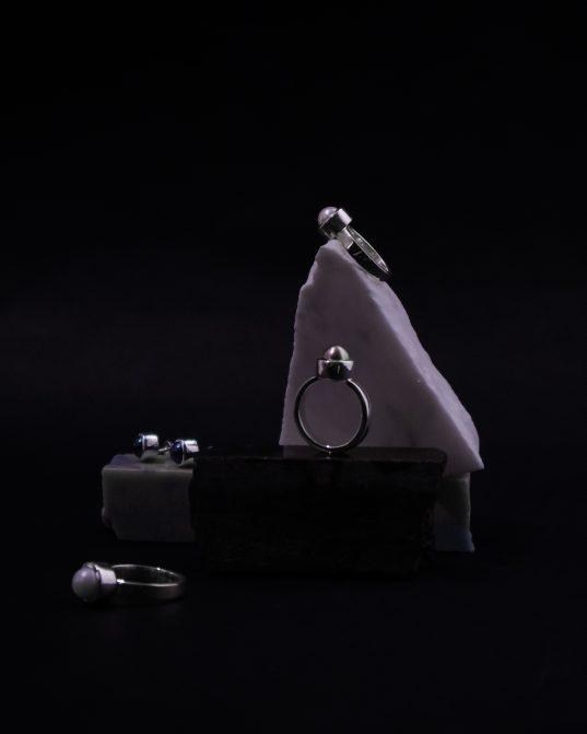 šis sudraba gredzens, kura centrā ir saldūdens pērle, noteikti ap tevi radīs burvīgu un noslēpumainu atmosfēru. katra pērle ir unikāla un kā hameleons, tai ir plašs krāsu spektrs un dziļi toņi.