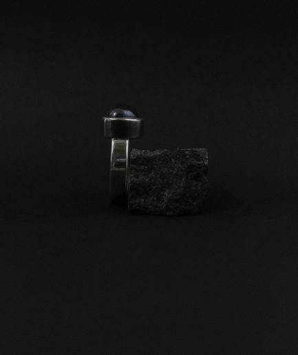 gredzens ar melno pērli